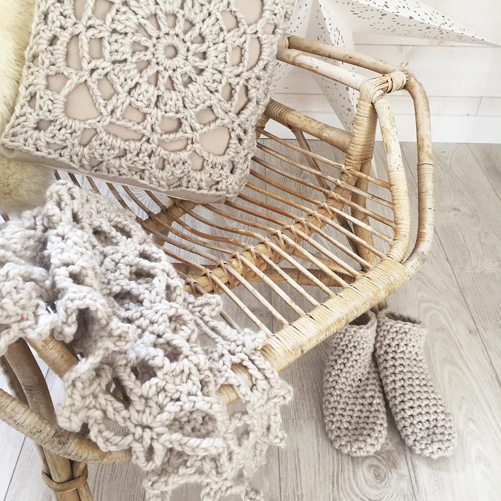 kit crochet coussin chausson etole